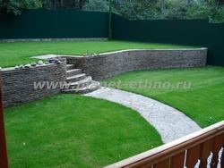 рулонный газон с мощением природным камнем