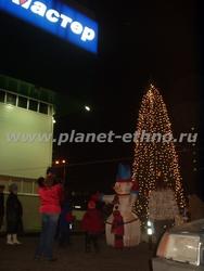 монтаж елок – установка каркасной елки у входа в торговый центр